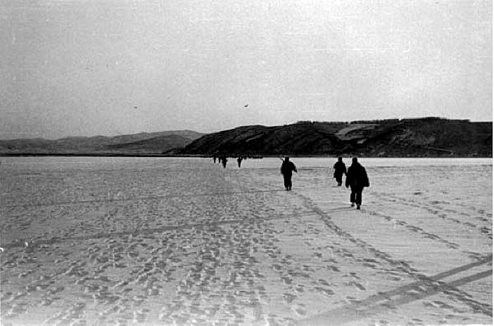 Survivors crossing the ice to Hagaru-ri